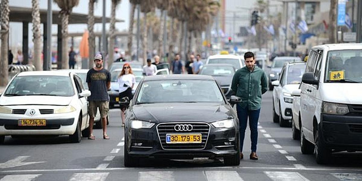 Resultado de imagem para Pessoas param por dois minutos nas ruas de Israel, em homenagem às vítimas do Holocausto