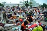 Mais de 200 mil pessoas estão necessitando de ajuda, após um terremoto seguido de tsunami atingir a Indonésia. (Foto: Muhammad Rifki/AFP)