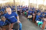 Crianças acompanhadas do pastor Marcos Corrêa, diretor do Guiame e coordenador do Projeto Umodzi. (Foto: Guiame)