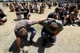 Imagem ilustrativa de agricultores em oração na África do Sul. (Foto: AFP)