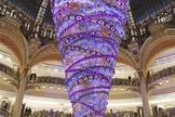 Árvore de Natal da Galeries Lafayette foi montada de cabeça para baixo (Foto: Galeries Lafayette/Divulgação)