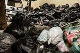 Lixo espalhado nas calçadas