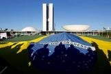 Manifestantes usam bandeira do Brasil em protesto, em frente ao Palácio do Planalto.