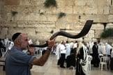 Judeu toca shofar próximo ao Muro das Lamentações. (Foto: Jerusalem Post)