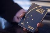 Passaporte comum eletrônico brasileiro tem prazo de validade de 10 anos. (Foto: Marcelo Camargo/Agência Brasil)