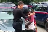Policial Danielle Ognelodh ora por garoto na região de Bankhead. (Imagem: Youtube)