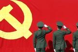 Membros do Partido Comunista em atitude de reverência à bandeira comunista. (Foto: Financial Times)