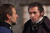 """Russell Crowe e Hugh Jackman remontam cena de """"Os Miseráveis"""", em Hollywood. (Foto: collider.com)"""