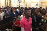 Cristãos participam de culto em igreja de Cuba. (Foto: STEVE BEARD)