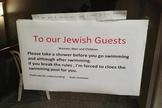 Hotel pede para judeus tomarem banho antes de entrar na piscina. (Foto: Reprodução)
