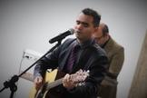 """Darrell Evans canta a faixa """"Maravilhoso"""", nome que dá o título do projeto. (Foto: Reprodução)."""