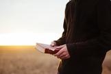 Só 6% das pessoas que vivem no Reino Unido leem a Bíblia uma vez por semana. (Foto: Reprodução)