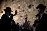 Judeu ortodoxo soprando um Shofar no Muro das Lamentações, no feriado de Rosh Hashaná. (Foto: EPA/Abir Sultan)