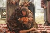 """Cena da série bíblica da rede Record """"Rei Davi"""", na qual o personagem principal abraça Mefibosete. (Imagem: Youtube)"""