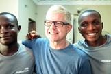 Ian Squire durante trabalho missionário na Nigéria, em 2015. (Foto: Caters)