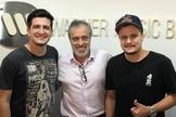 O presidente da Warner Music Brasil, Sérgio Affonso, e a dupla André e Felipe. (Foto: Divulgação).