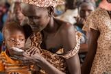 Mãe alimenta criança no Sudão. (Foto: UNHCR Tracks)