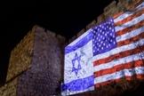 Bandeiras israelense e americana foram exibidas no muro da Cidade Velha de Jerusalém. (Foto: Yontan Sindel/Flash90)