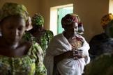 Mulheres orando durante o culto de uma igreja em Maiduguri, na Nigéria. (Foto: Reuters)