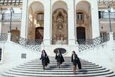 Alunos de preto com suas capas características chamam atenção pelas ruas de Coimbra. (Foto: Reprodução)