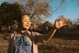 Bruna Karla se apresenta cantando e dançando juntamente com locais de Moçambique. (Foto: Reprodução).