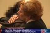Pastora Helen (direita) abraça mulher que deseja abandonar a prostituição. (Imagem: WSAZ)
