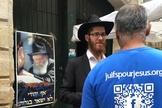 Equipes de evangelismo abordaram diferentes grupos de pessoas durante um mês em Jerusalém. Foto: (Jews for Jesus)