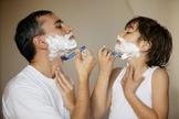 Pai ensina filho a fazer a barba. (Foto: Vida Equilíbrio)