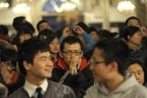 Cristão ora durante culto na China. (Foto: Foreign Policy)