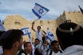 Povo judeu celebra lei do parlamento com bandeiras em Israel. (Foto: United with Israel)