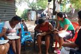Além de roupas e alimentos, os cristãos oferecem estudos bíblicos. (Foto: ASN).