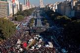 Mais de 650.000 pessoas marcharam pelas ruas de Buenos Aires contra a legalização do aborto. (Foto: AFP)