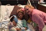 Aos 8 anos, Abby Steinard recebeu o rim de Kari Woods, mãe de cinco filhos. (Foto: Reprodução/Facebook)