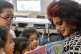 Drag queen conta história para crianças em biblioteca dos EUA. (Foto: Paolo Quadrini)
