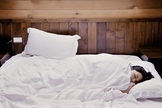 Dormir de lado proporciona um descanso maior e facilita o funcionamento do organismo. (Foto: Creative Commons)
