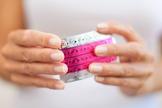 Mulheres que utilizam pílulas possuem de quatro a seis vezes mais chances de desenvolver trombose. (Foto: Reprodução)