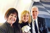 Charlotte Pence (centro) e seus pais são cristão convictos e compartilham abertamente sua fé. (Foto: Tarifsmedias)