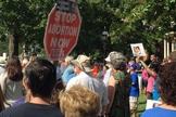 Cristãos oram em frente a clínica de aborto, nos EUA. (Foto: Christian Headlines)