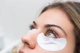 Após fazer o permanente de cílios, a mulher pode abandonar as máscaras de cílios. (Foto: Divulgação)