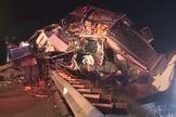 Os dois saíram do veículo poucos segundos antes de ser totalmente destruído. (Foto: Reprodução/Fox 8)