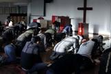 Membros da igreja Early Rain Covenant Church em momento de oração. (Foto: Reprodução/Facebook)