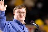 Frank Stephens tem síndrome de Down e se tornou uma voz poderosa contra o aborto, em todo o mundo. (Foto: Daily Wire)
