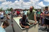 Keith Akins batiza homem em um estacionamento no centro de Birmingham, Alabama. (Foto: Reprodução/Baptist Press)