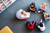 Professora lê para crianças. (Foto: CBN News)