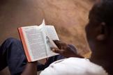 Imagem ilustrativa. Cristão vivenciou milagre ao ler a Bíblia durante ataque. (Foto: Wycliffe Bible Translators)