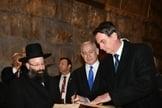 Bolsonaro assina livro em expressão de apoio à construção do Terceiro Templo em Jerusalém. (Foto: PM of Israel)