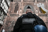Policial se posiciona diante de igreja na França. (Foto: SEBASTIEN BOZON/AFP/Getty)
