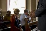 Imagem ilustrativa de membros participando de uma reunião na igreja. (Foto: Rawpixel/Getty Images/iStockphoto)