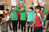 Crianças palestinas encenam a execução de um soldado israelense em uma escola de Hebron. (Foto: YNet News)