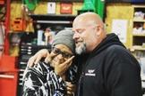 """Pastor Chris Williams abriu a """"Garagem de Deus"""" em 2012 e desde então, já restaurou e doou mais de 100 carros a mulheres necessitadas. (Foto: Christian Examiner)"""